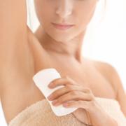 Kvinde-bruger-deodorant