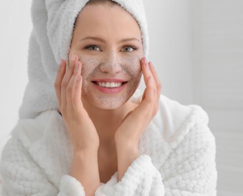 kvinde-bruger-ansigtsscrub