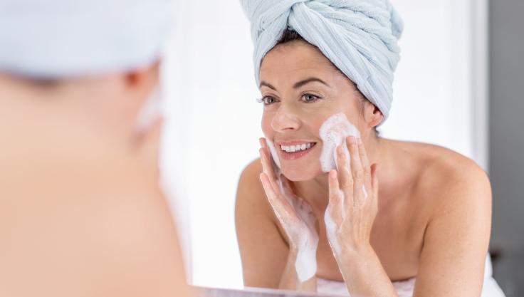 kvinde-renser-ansigt