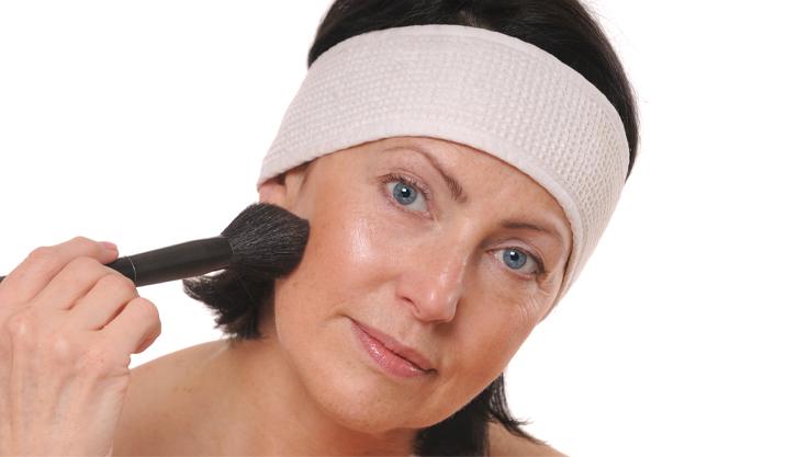 moden-kvinde-laegger-makeup
