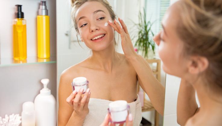 ung-kvinde-plejer-sensitiv-hud